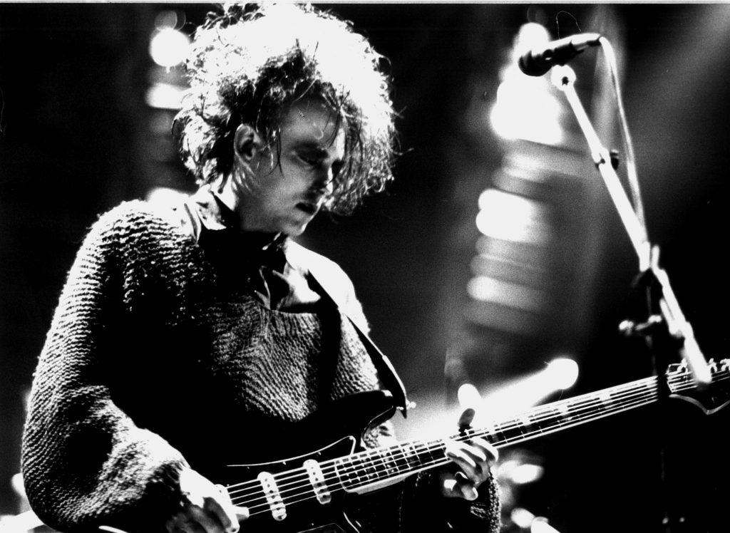 """Seit knapp zwanzig Jahren füllt die britische Rockgruppe """"Cure"""" mit ihrem Gründer und Leadsänger Robert Smith (Archivbild von 1989) die Konzertsäle bis zum letzten Platz. Im Verkauf blieb das letzte Album der Band """"Wild Mood Swings""""allerdings hinter den Erwartungen zurück. dpa (Zu dpa 0015)"""